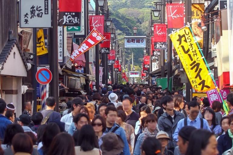 【鎌倉市】「迷惑行為」の条例が今月施行されました!(混雑した場所での食べ歩き・危険な場所での撮影など)